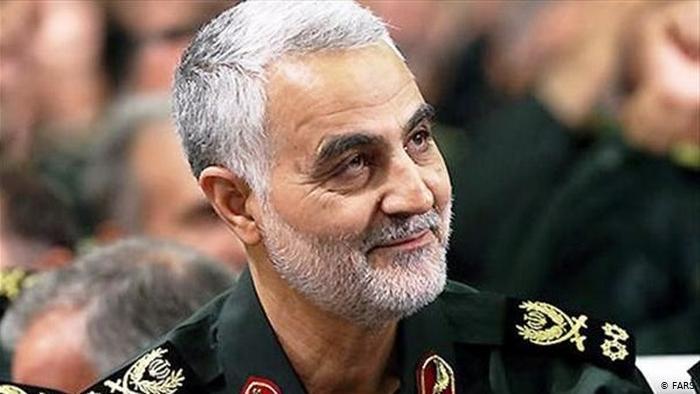 سردار سلیمانی در قبر شهید مدافع حرم +عکس