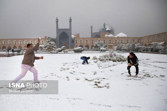 خوشحالی مردم از بارش اولین برف زمستانی در اصفهان +عکس