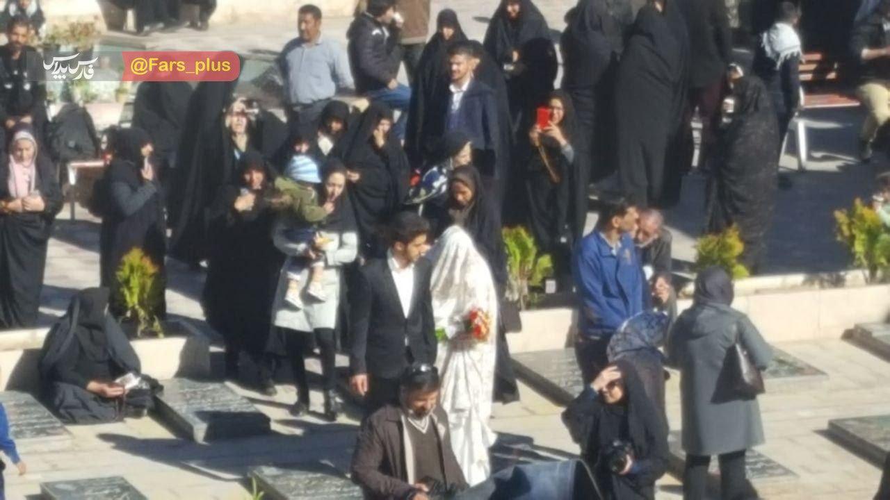 این زوج جوان کنار مزار سردار سلیمانی ازدواج کردند +عکس