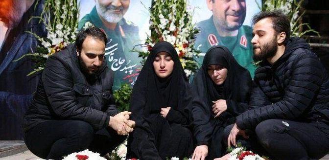 ۴ فرزند سردار سلیمانی بر سر مزار پدر +عکس