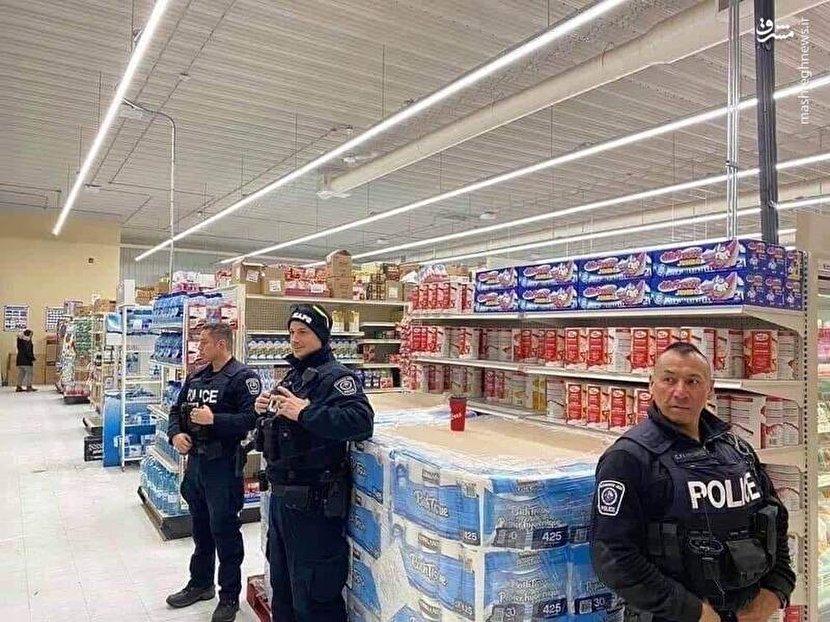 پلیس کانادا در حال حفاظت از دستمال توالت +عکس