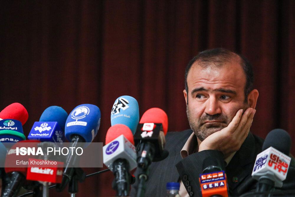 ژست خاص رئیس سازمان بورس در نشست خبری+عکس