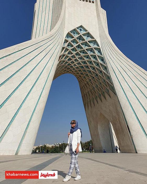 بازیگر زن ترکیهای کنار برج آزادی+عکس