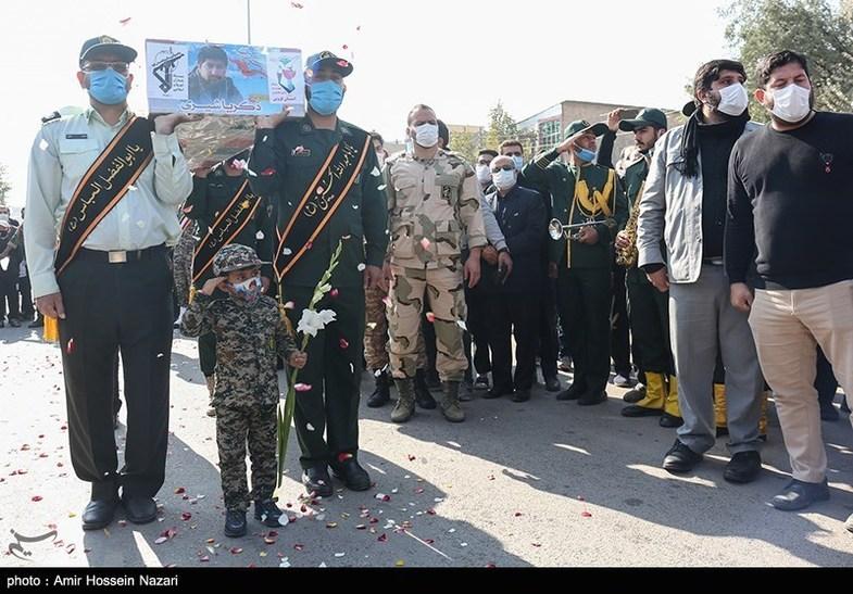پسر کوچک شهید مدافع حرم در مراسم خاکسپاری پدرش+عکس