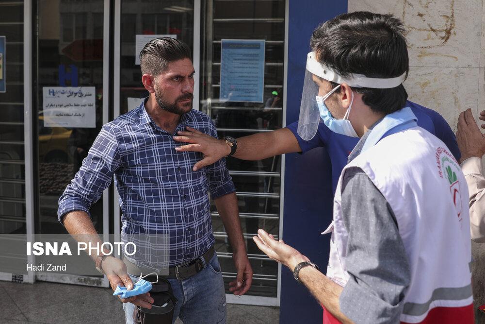 مقاومت مرد تهرانی در برابر ماسک زدن+عکس