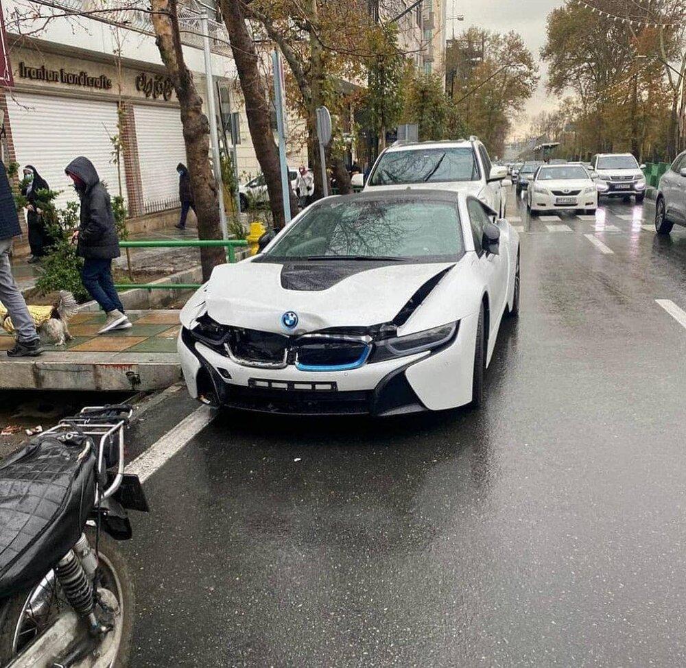 تصادف موتور و بی ام و در تهران با خسارت بالا+عکس