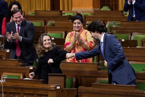 دست دادن متفاوت نخست وزیر کانادا با خانم وزیر+عکس