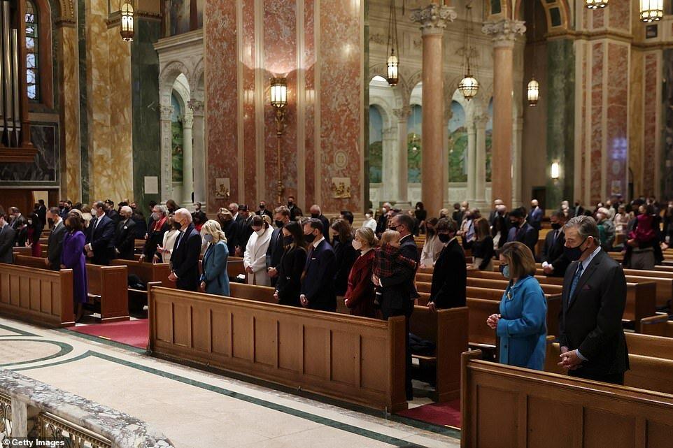 دعاخوانی بایدن و همسرش در کلیسا+عکس