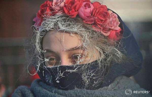 تصویری عجیب از دختر روسی در اعتراضات+عکس