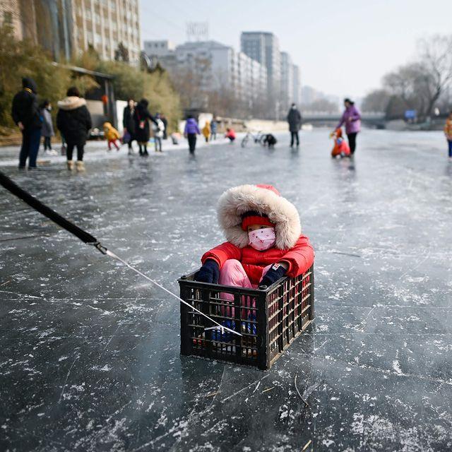 یک کودک روی رودخانه یخ زده چین+عکس