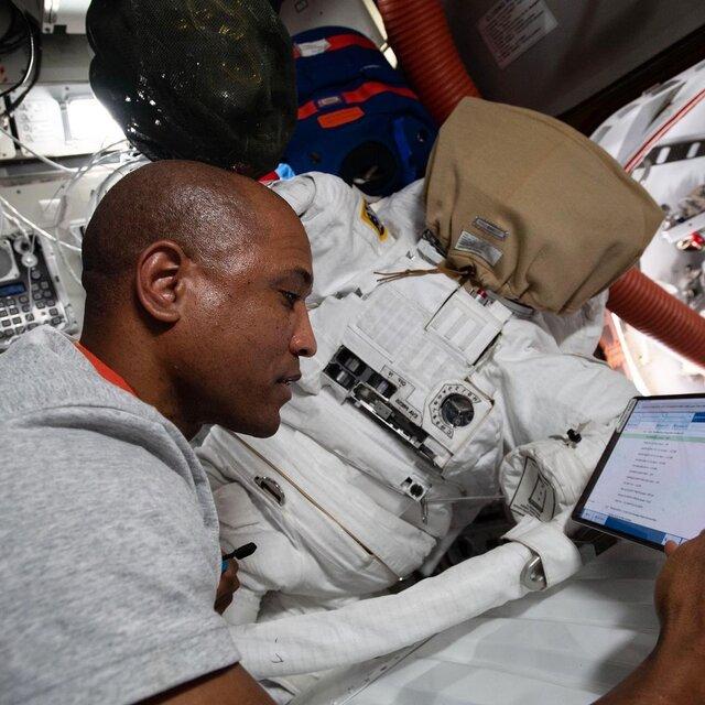فضانورد ناسا در حال آماده شدن برای پیادهروی فضایی