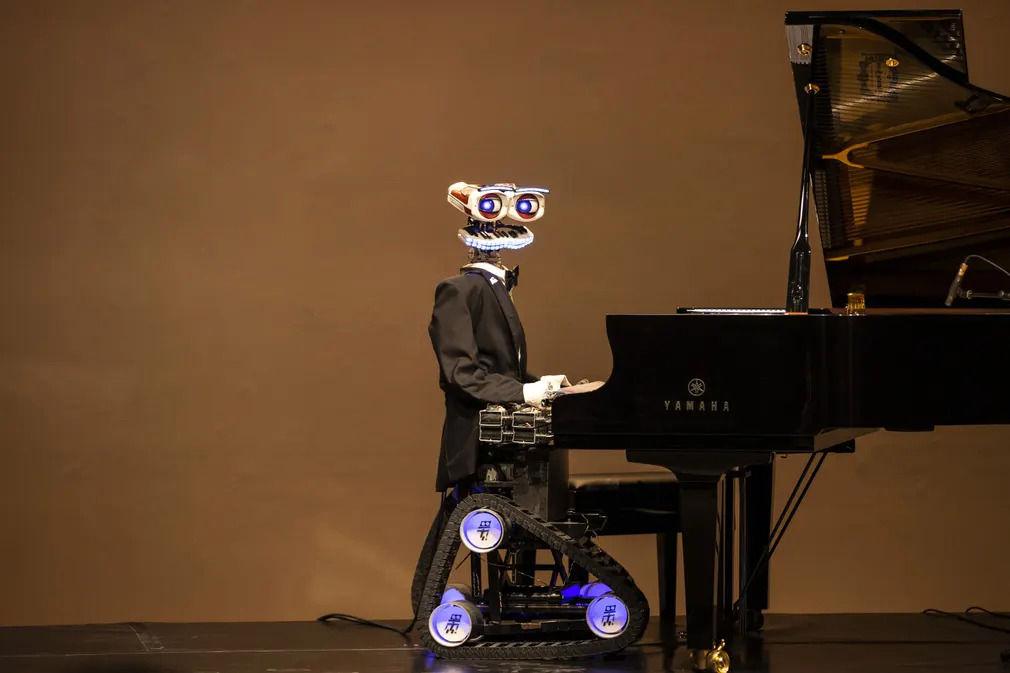 قیافه بامزه ربات نوازنده پیانو +عکس