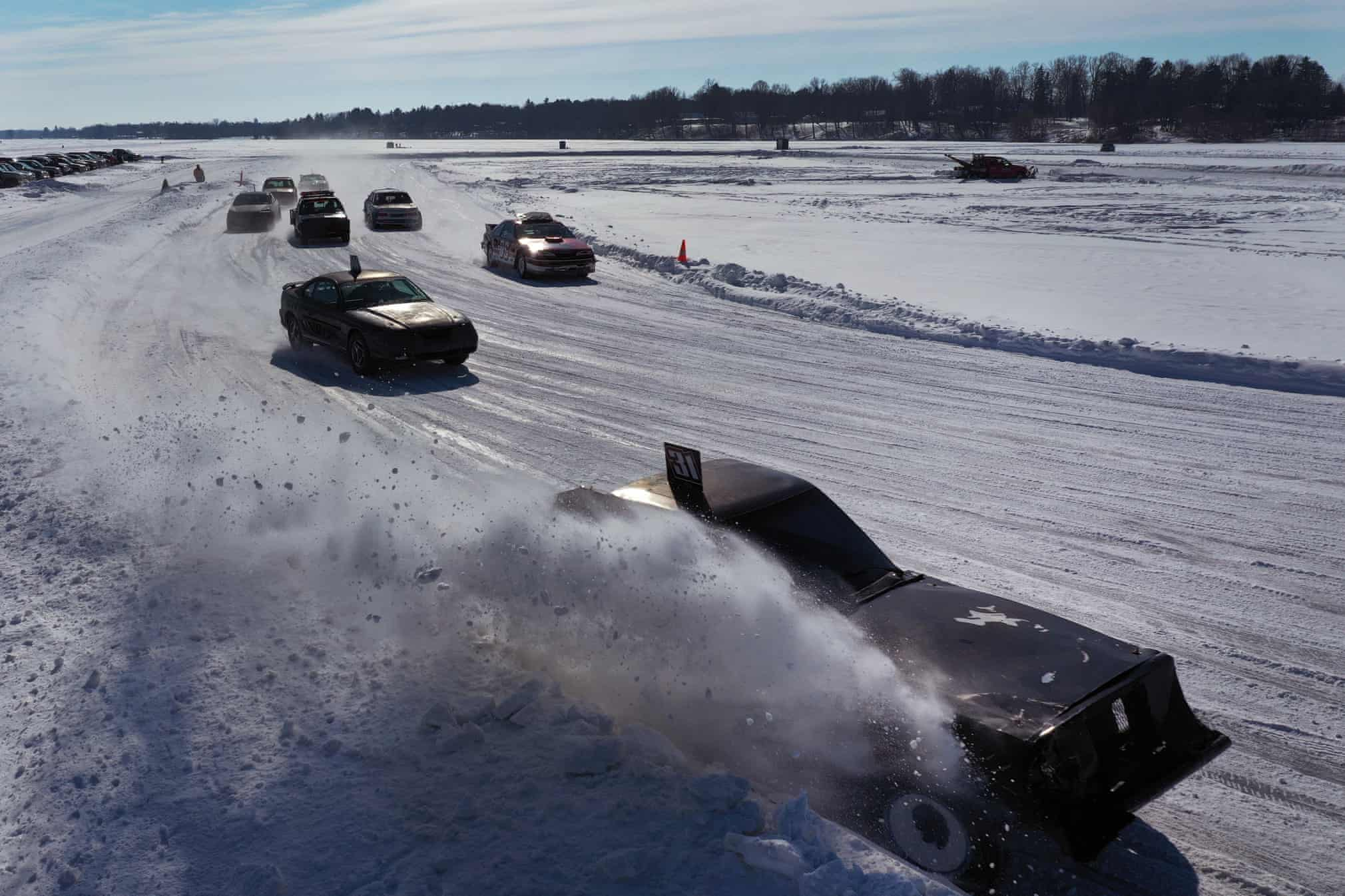 مسابقات ترسناک اتومبیلرانی روی دریاچه یخ زده+عکس