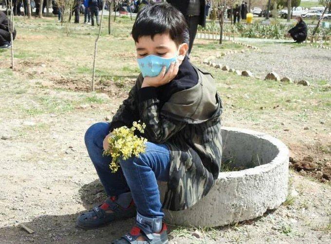 وداع دردناک فرزند محیط بان شهید در خاکسپاری پدرش+عکس
