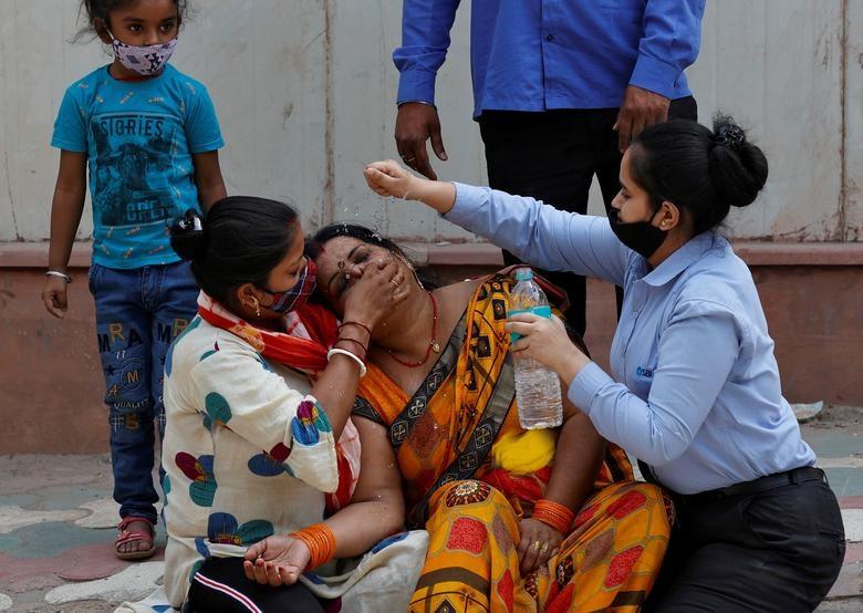 وضعیت دردناک  زن جوان پس از مرگ شوهر کرونایی اش+عکس