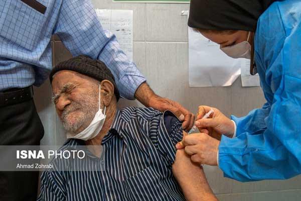 تصویر پرستار ایرانی هنگام تزریق واکسن جنجالی شد+عکس