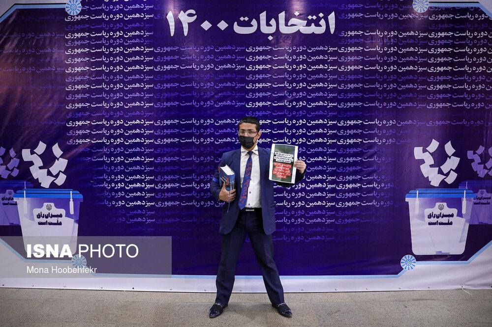 ژست عجیب یک کاندیدا در وزارت کشور+عکس