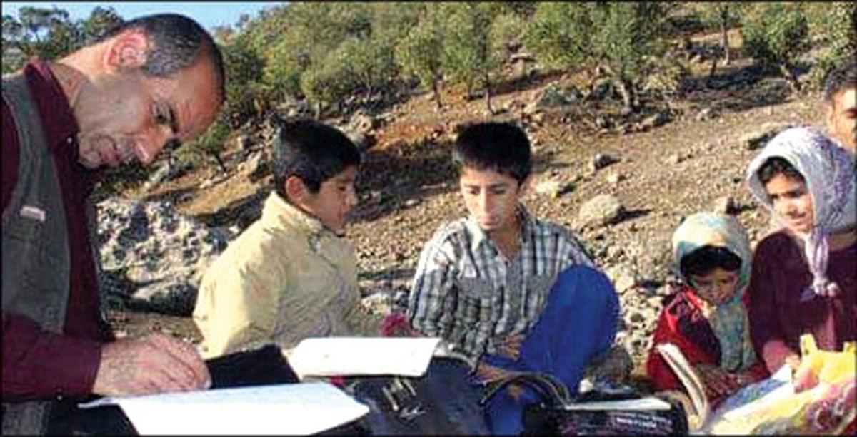 معلم لرستانی در کوه و دره به دنبال دانش آموزان+عکس