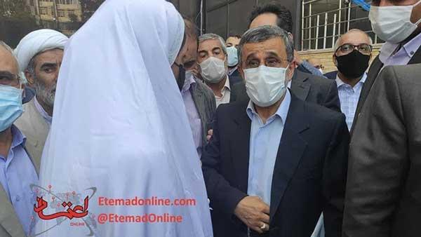 دختر جوان سفیدپوش همراه احمدی نژاد کیست؟ +عکس