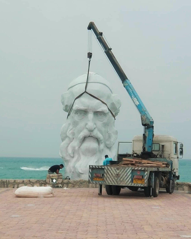 نصب مجسمه های بزرگ فردوسی و خیام در جزیره کیش+عکس