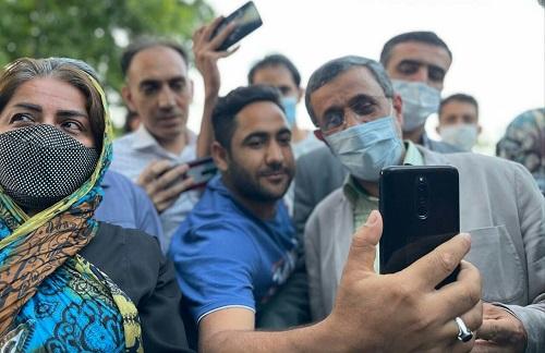 سلفی جدید احمدی نژاد با مردم در پارک+عکس