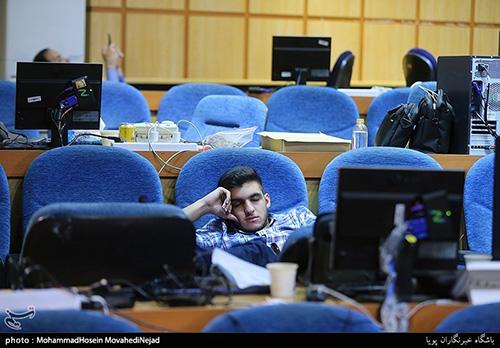 خواب عمیق خبرنگاران در ستاد انتخابات کشور+عکس
