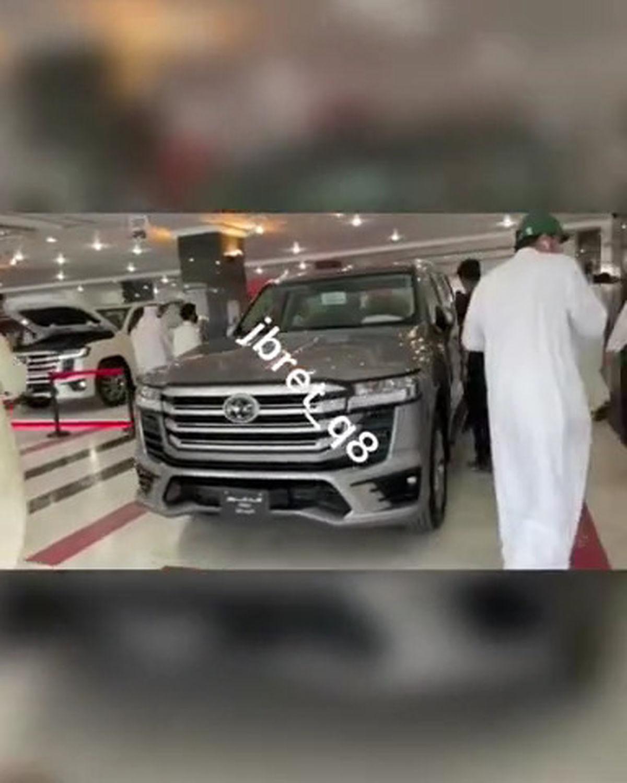 صف شلوغ لندکروز در امارات سوژه شد+عکس