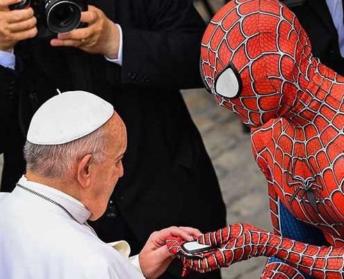 هدیه عجیب مرد عنکبوتی به پاپ+عکس