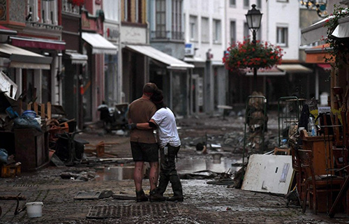 تصویر خبرساز از زوج آلمانی در سیل+عکس