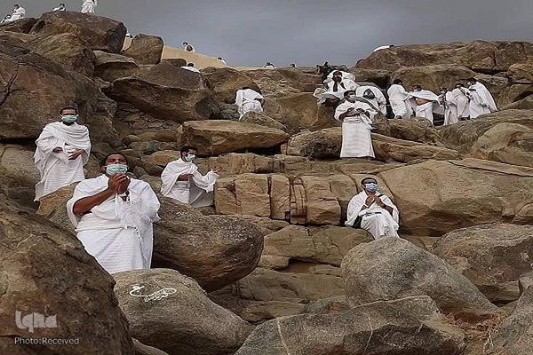 وقوف زائرین در صحرای عرفات