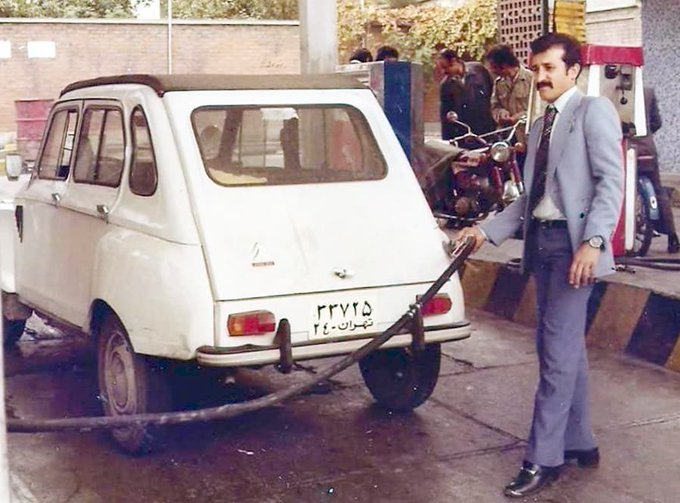 ژست جالب یک مرد در پمپ بنزین تهران سال ۱۳۵۷+عکس