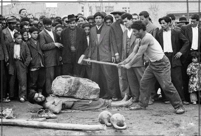 تصویر عجیب از معرکه گیری در  تهران ۱۳۳۷+عکس