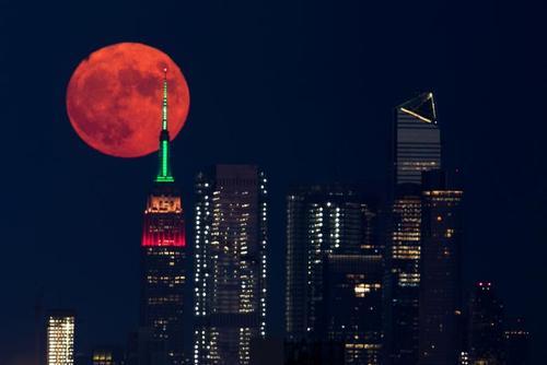 تصویر زیبا از قرص قرمز ماه در آسمان+عکس