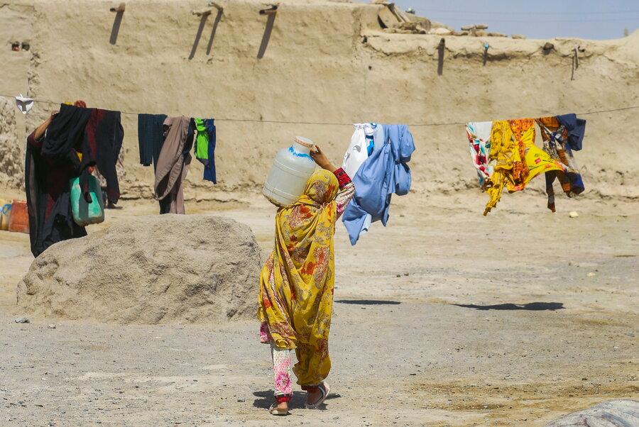 بار تشنگی روی شانههای زنان و کودکان - کولبران آب