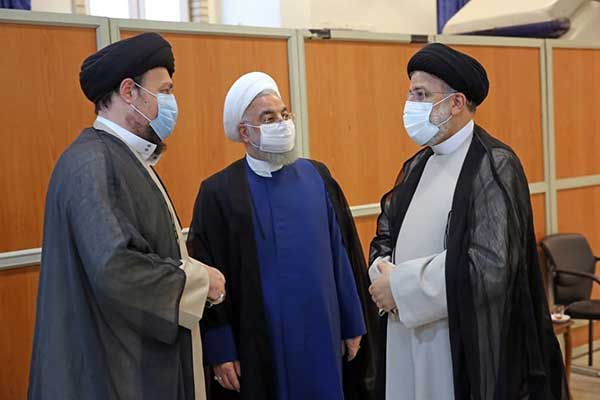 دیدار آیت الله رئیسی و حسن روحانی قبل از مراسم تنفیذ+عکس