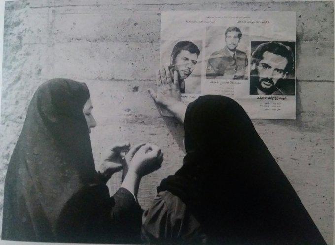 تصویر دردناک از یک مادر در حال نصب اعلامیه فرزندانش+عکس